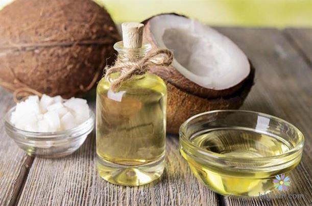 Dùng dầu dừa hoặc dầu ô liu để chăm sóc da