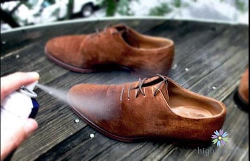 Vệ sinh giày da lộn không khó (Nguồn: higlum)