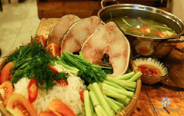 Chuẩn bị nguyên liệu món lẩu cá bớp (nguồn: higlum)