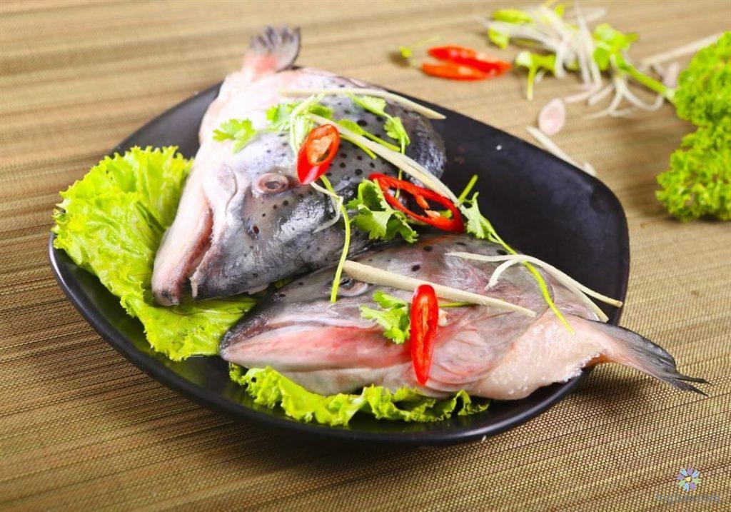 Đầu cá hồi nấu măng