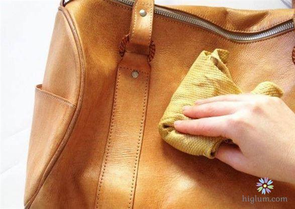 Vệ sinh túi da ngay sau khi bị bẩn