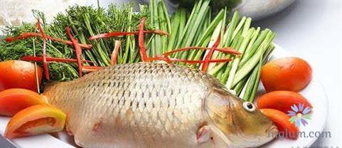 Sơ chế nguyên liệu nấu lẩu cá chép