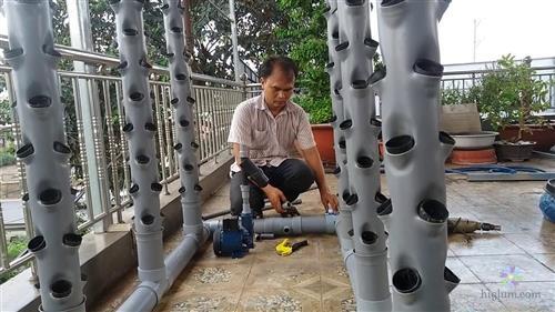 Bác trung niên đang tập tành tự làm hệ thống trồng rau khí canh